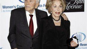 Kirk Douglas dona 10 millones de dólares a mujeres sin hogar