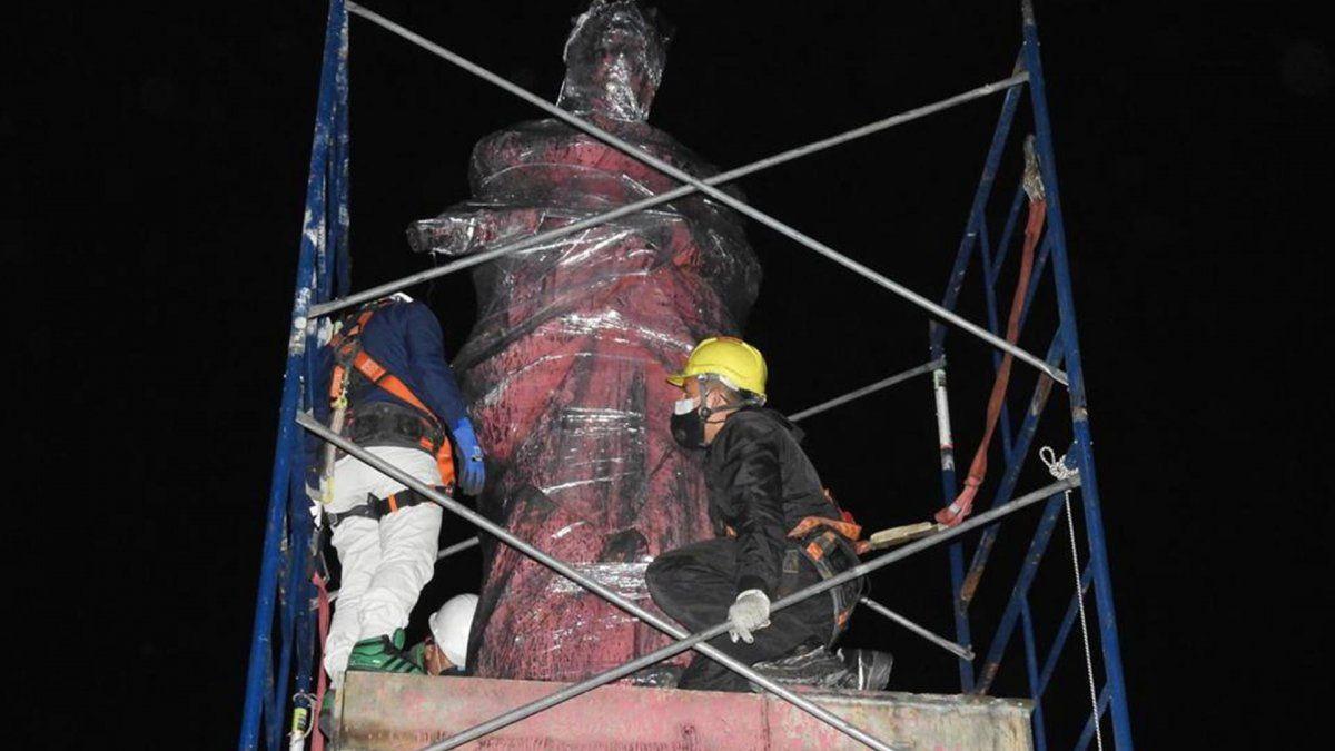 Fotografía cedida hoy, por el ministerio de Cultura de Colombia que muestra a un grupo de personas mientras trabaja en el traslado del monumento a Isabel la Católica en Bogotá (Colombia).