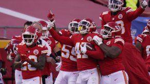 Chiefs vencen a Falcons y aseguran cima de AFC para playoffs