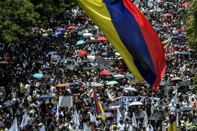 Miles de manifestantes protegidos con mascarillas llegaron en la tarde a la central Plaza de Bolívar