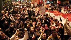 Varias ciudades de Perú se suman a marchas de apoyo a disolución del Congreso