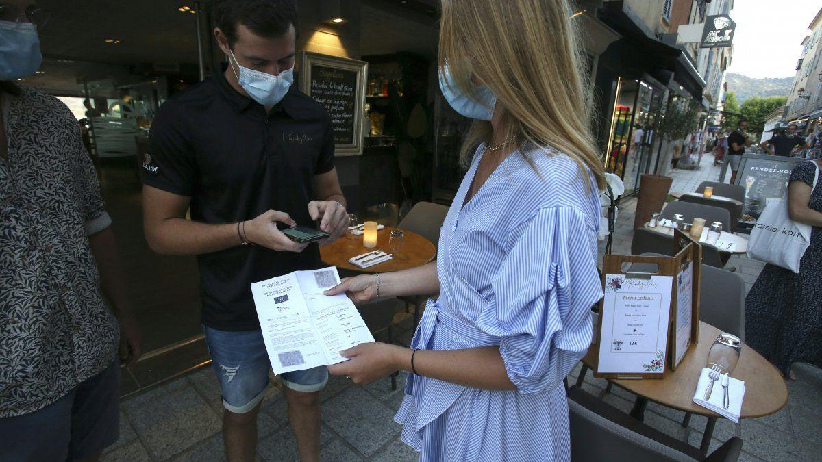 El Gobierno de Francia, por su parte, apuesta por acelerar el llamado certificado sanitario, que sería obligatorio para acceder a la mayor parte de los lugares públicos.