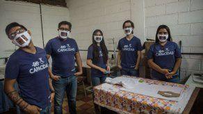 Guatemaltecos fabrican mascarillas para personas con discapacidad auditiva