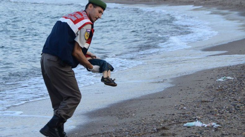 Foto de niño ahogado provoca conmoción en Europa e ilustra drama de migrantes
