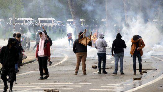 Haciendo caso omiso del llamamiento que ayer hizo el primer ministro belga, Alexander de Croo, de no caer en la trampa de los organizadores de la fiesta, varios cientos de personas, según la policía, y entre 1.000 y 2.000, según los medios locales, se concentraron en el parque