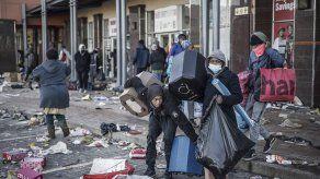 Desde hace varios días, la provincia de KwaZulu-Natal y de Guateng, viven bajo un torbellino de violencia alimentada por la pandemia y una economía hundida con una tasa de desempleo récord.