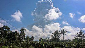 El volcán más volátil de Indonesia expulsa ceniza
