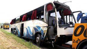 5 personas mueren al derraparse autobús en Serbia
