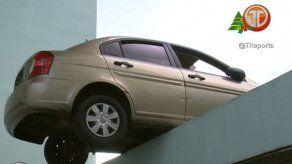 Vehículo quedó al borde de un estacionamiento en Vía España
