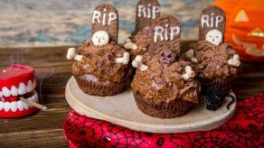Prepara unos escalofriantes cupcakes en forma de cementerio