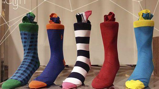 Dale color a tu atuendo con medias diferentes o happy socks