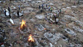 Vista general de un funeral masivo de víctimas de COVID-19 en India.