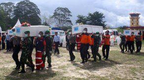 Halladas 69 de las 162 personas que del avión de AirAsia siniestrado
